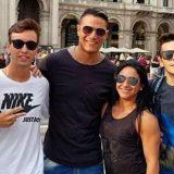 CR7 in giro per Milano: centinaia di selfie con i fan (ma c'è l'inganno)