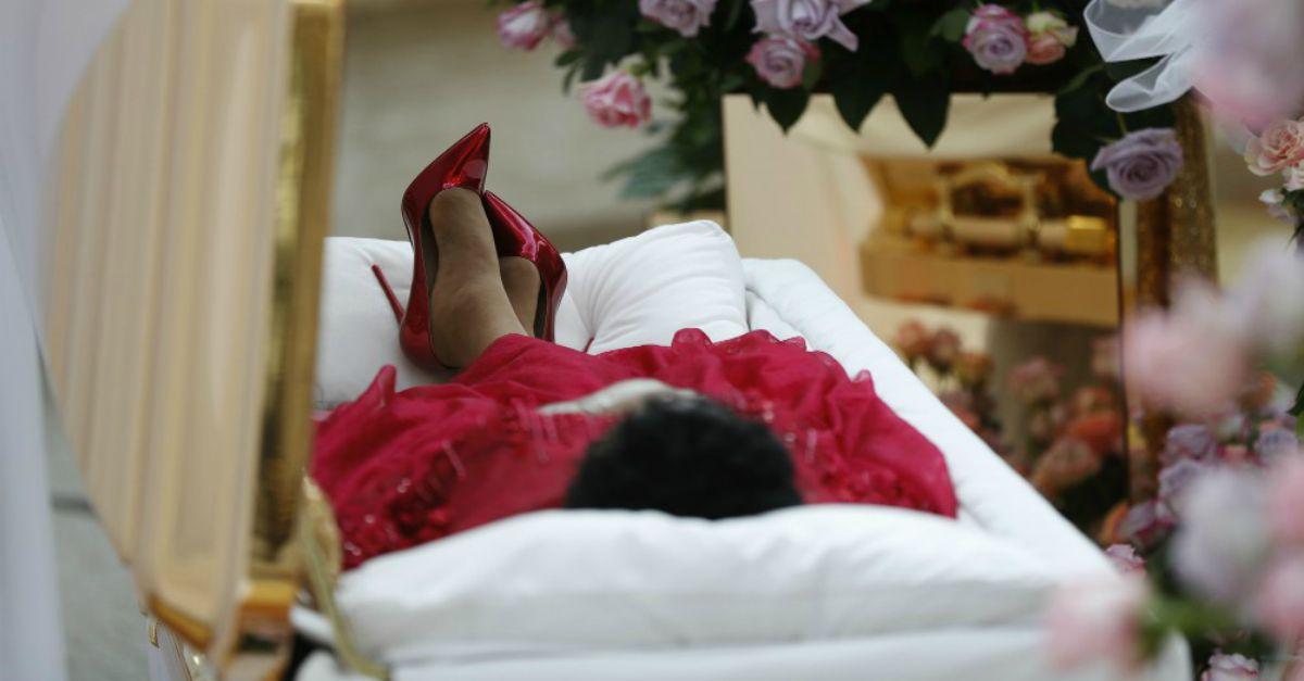 Per sempre Aretha: abito da cocktail e stiletto per l'ultimo saluto dei fan