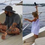 Bambina lancia il cellulare del papà in mare, era sempre al telefono