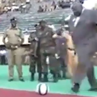 """Figuraccia del ministro: il """"calcio d'inizio"""" finisce male"""