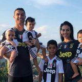 Cristiano Ronaldo, foto di famiglia in bianconero