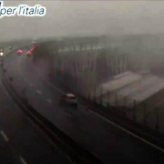 Genova, la webcam di Autostrade ha ripreso il crollo
