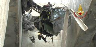 Genova: le immagini del rischioso salvataggio di Gianluca, aggrappato all'auto dopo un volo di 40 metri