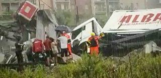 I soccorritori tra le auto precipitate