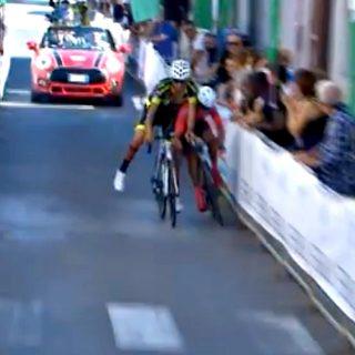Sportellate all'arrivo: i ciclisti cadono sul traguardo