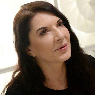 Marina Abramovic, un uomo le spacca un quadro in testa