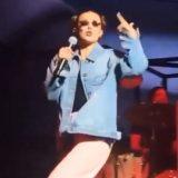 Millie Bobby Brown, la star di Stranger Things canta sul palco con i Maroon 5 (al posto di Cardi B)