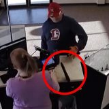 Punta la pistola verso la commessa, ma gli scivola dalle mani (e non solo): la rapina è una comica