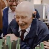 Collezionista di 92 anni realizza il sogno di una vita: visitare la fabbrica delle figurine Panini