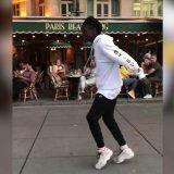 Parigi, l'artista di strada fa il moonwalk più fluido di sempre: il marciapiede sembra un tapis roulant