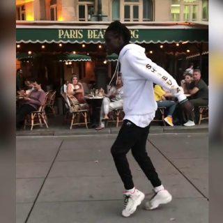 L'artista di strada fa il moonwalk più fluido di sempre