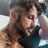 Fabrizio Corona mostra il nuovo tatuaggio dedicato a Maurizio Costanzo