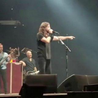 Foo Fighters, il bambino sale sul palco e suona... i Metallica!