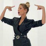 Moda, ritorno agli anni '80: le giacche oversize con spalline
