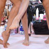 A piedi nudi nel backstage: angeli scalzi prima della sfilata di Victoria's Secret