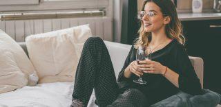 Stare a casa da soli la sera è la nuova moda. Gli ingredienti? Un drink e un film