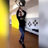 Ecco la nuova moda: #sacadosChallenge, infilarsi lo zaino senza usare le mani