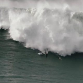Surfista travolto dalle onde giganti: salvo per miracolo