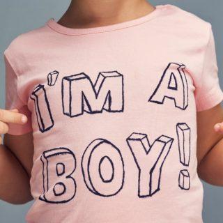 """Mamma contro l'asilo: """"Mio figlio meglio sporco che in rosa"""""""