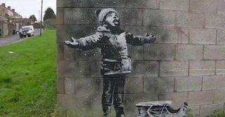 Banksy provoca ancora: il bambino e la neve nascondono una grave realtà