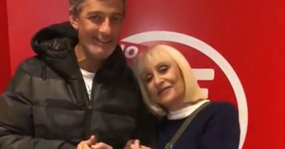 """Raffaella Carrà da Fiorello con """"Feliz Navidad"""" in versione reggaeton"""