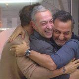 """Fabio Volo, l'abbraccio prima della partenza: """"Viaggerò per tre mesi con la mia famiglia"""""""