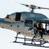 """Il ciclista acrobatico salta dall'elicottero sulla """"Vela di Dubai"""", a 220 metri d'altezza"""