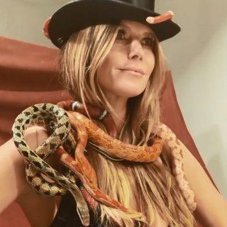 Heidi Klum non ha paura dei serpenti: lo shooting estremo