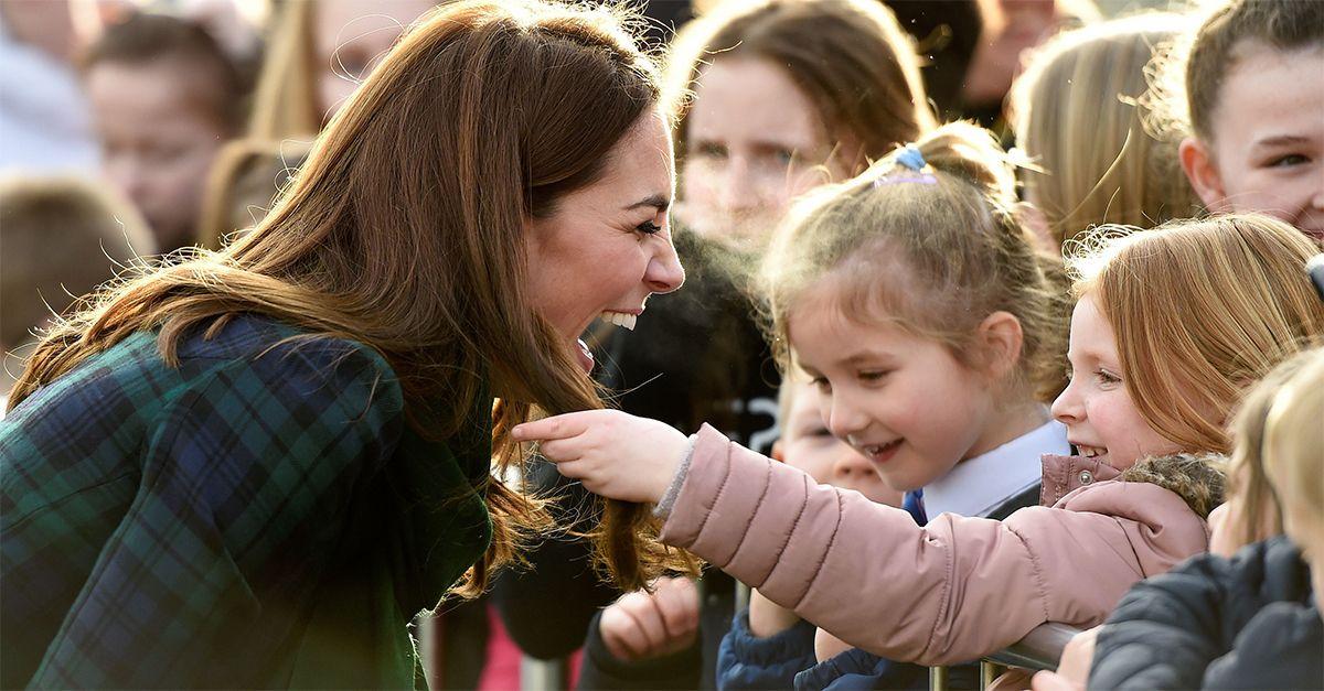 Scozia, bimba accarezza i capelli a Kate Middleton: la dolce reazione della Duchessa