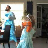 """Papà si veste da Elsa e impara la coreografia di """"Frozen"""" insieme al figlio"""