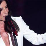 Sanremo, scollatura e tuta smoking bianca: l'eleganza di Paola Turci conquista l'Ariston