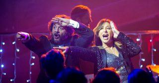 """Modalità aereo"", Lillo e Sabrina Salerno cantano ""Boys"""