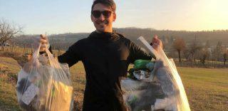 In cammino per pulire le strade dalla plastica: Emanuele, 22 anni, sta facendo proseliti