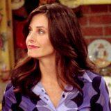 """Monica di """"Friends"""" ricrea in casa sua la mitica scena del divano (20 anni dopo)"""
