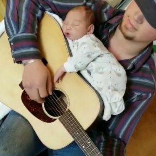 La chitarra diventa una culla e la neonata si addormenta