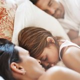 Bimbi nel lettone, i vantaggi e i rischi del co-sleeping: Stefania Andreoli a Catteland