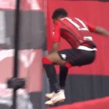 Giappone, esulta saltando il cartellone a bordo campo: calciatore fa un volo di 3 metri