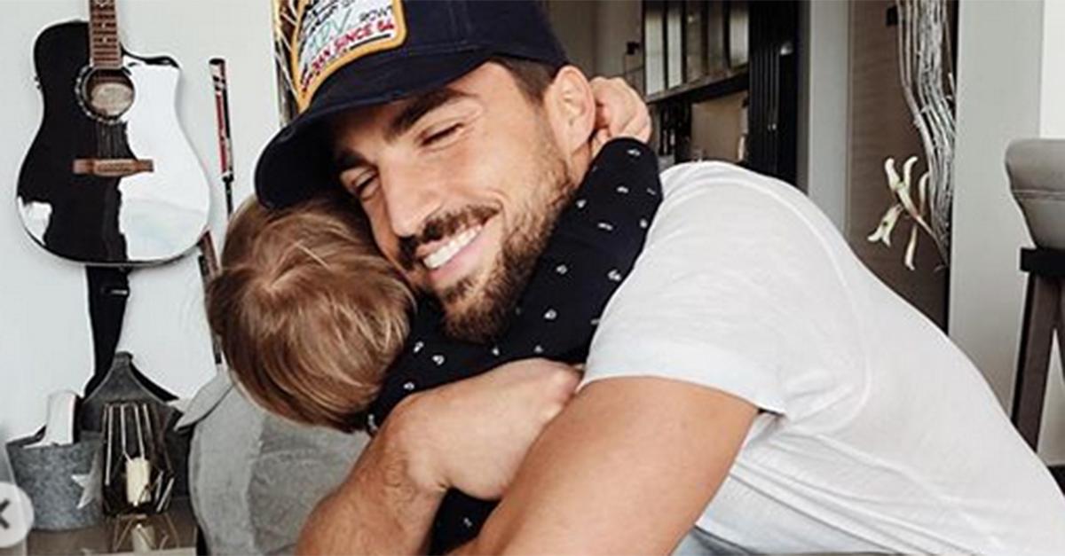 Mariano Di Vaio riabbraccia i bambini dopo il ricovero in ospedale