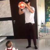 Cristiano Ronaldo gioca con la palla: la figlia Alana Martina ipnotizzata