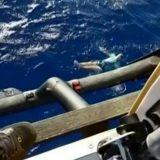 Cade in mare dalla barca a vela: salvo grazie ai jeans
