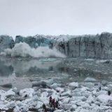 Islanda, enorme blocco si stacca dal ghiacciaio: turisti in fuga dallo tsunami