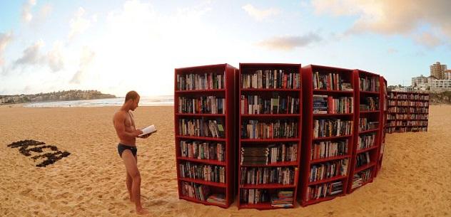 Curiosi o invadenti: dieci lettori da spiaggia che potresti incontrare