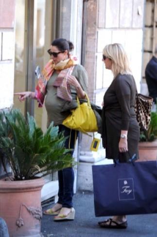 Luisa Ranieri tra shopping e peccati di gola – Tvzap 0f96f8520fc