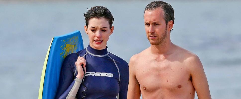 Paura per Anne Hathaway: incidente in surf