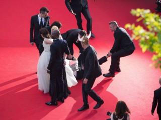 Cannes67: un uomo in smoking si infila sotto la gonna di America Ferrera