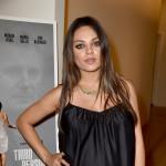 Mila Kunis a spasso col pancione: casual ed elegante
