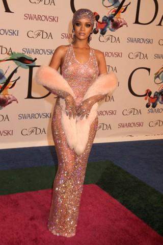 Rihanna vestita solo di Swarovsky fa scandalo e i Griffin la imitano