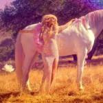 Paris Hilton ci riprova con la musica: esce il nuovo singolo Come Alive
