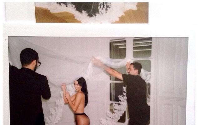Kim Kardashian, foto nuda su Instagram come omaggio a Riccardo Tisci