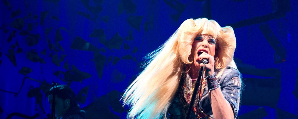 Michael C. Hall regina glam rock grazie al musical Hedwig